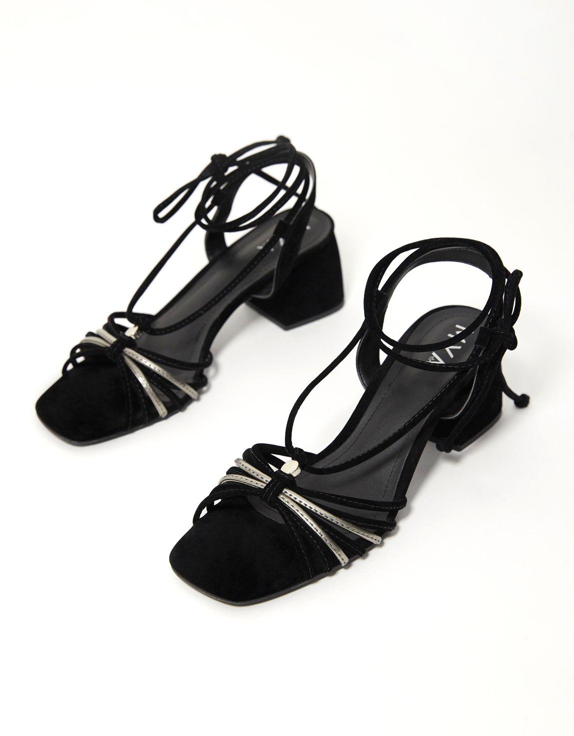 Sandália amarração preta com metalizado