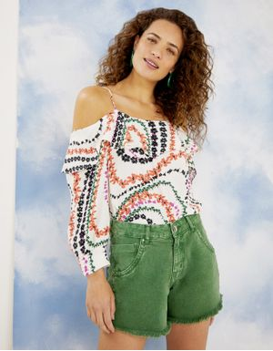 Shorts color com barra desfiada