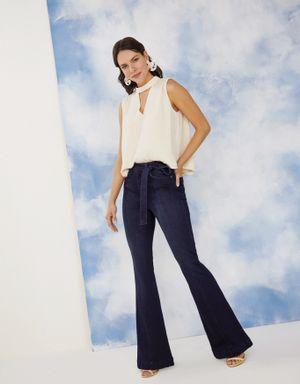 Calça jeans flare com recortes frontal