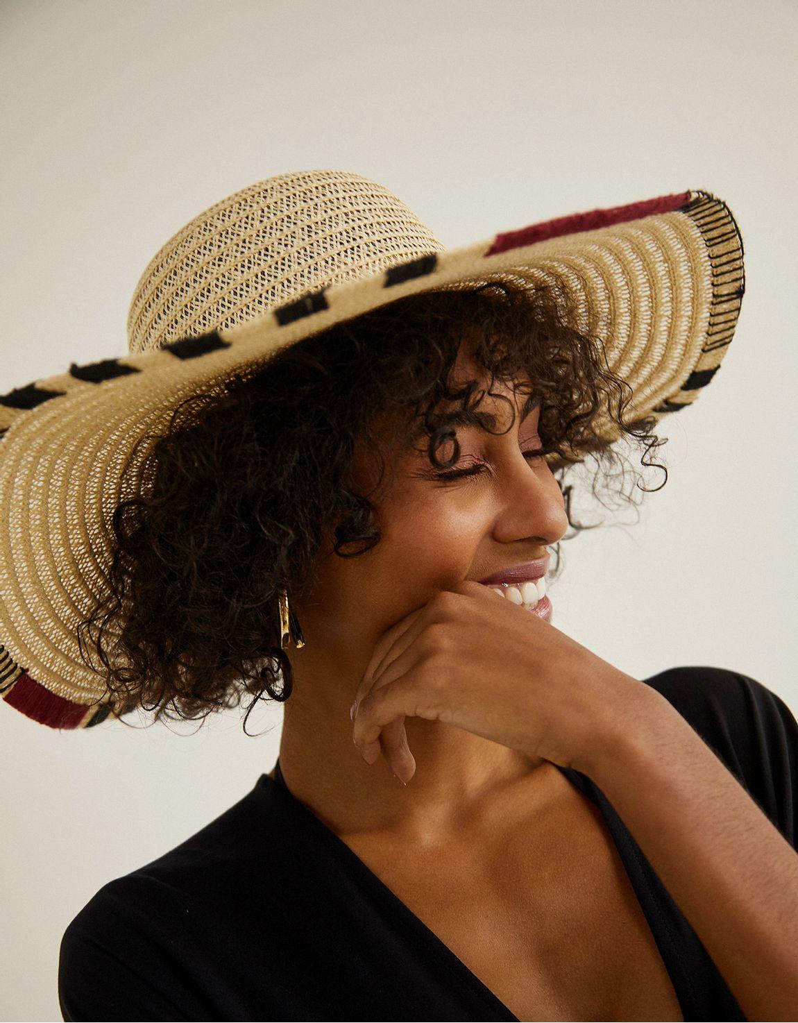 Chapéu aba bordada nas pontas