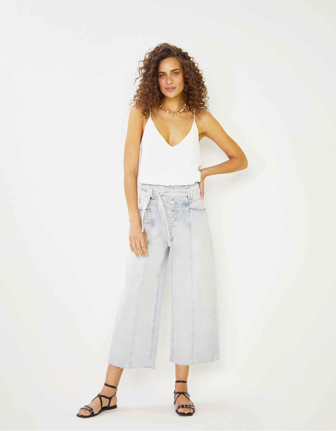 Calça jeans pantacourt com faixa
