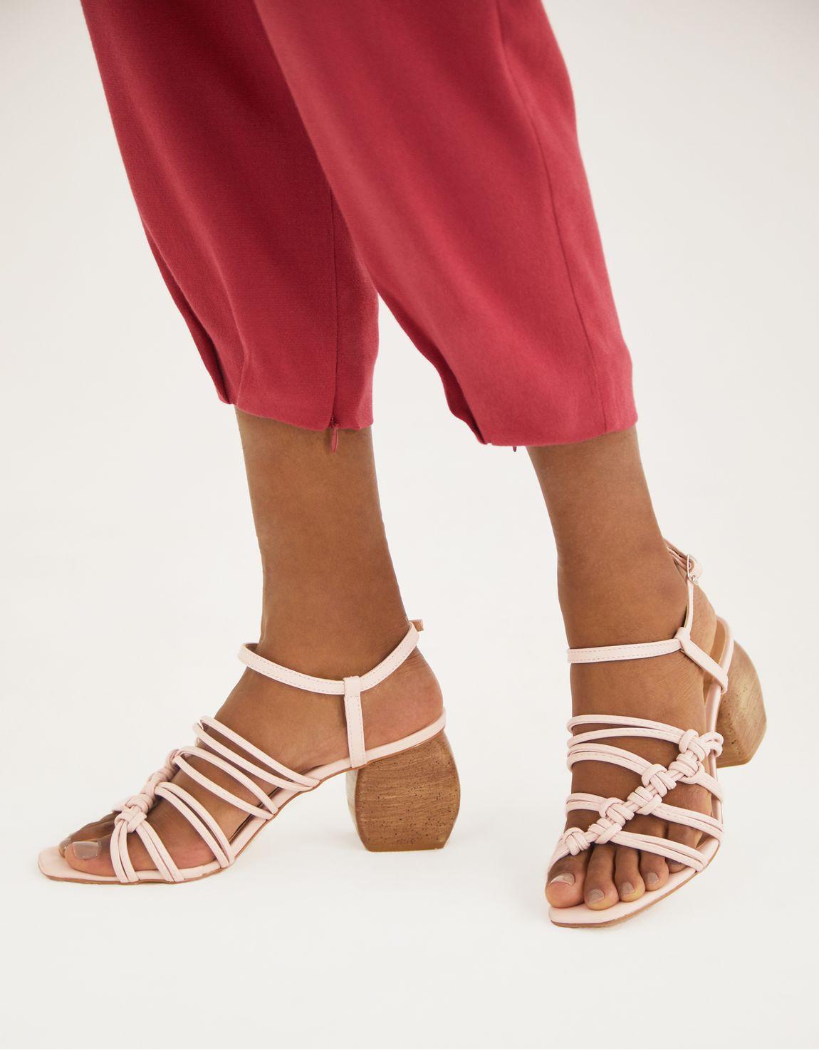 Sandália tiras rose salto madeira