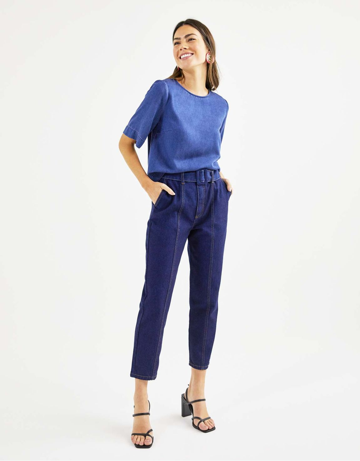 Calça jeans slim recorte frontal e cint