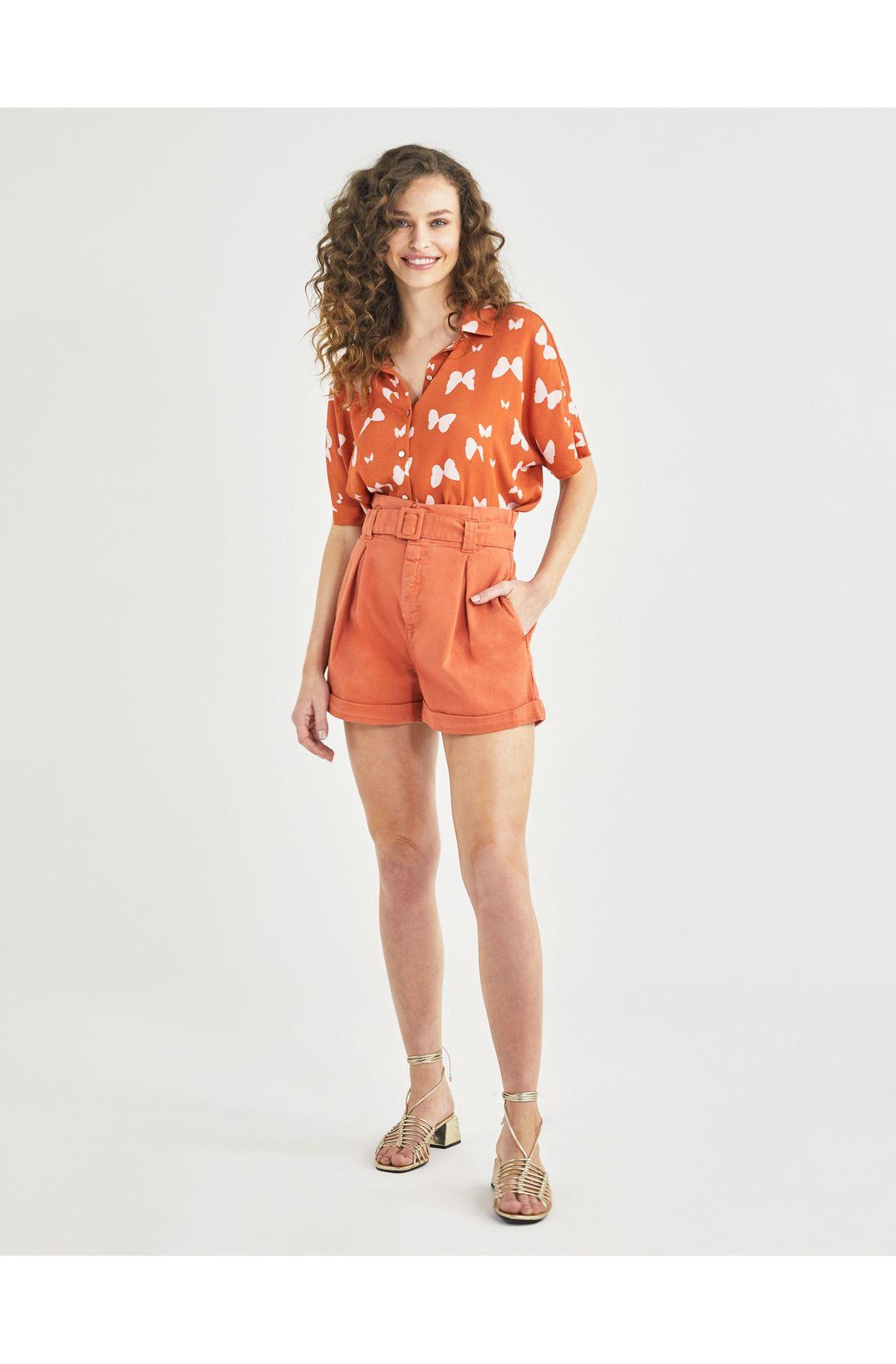 Shorts color clochard cinto e fivela