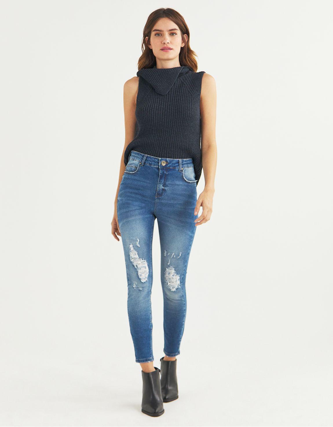 Calça jeans skinny com rasgos no joelho