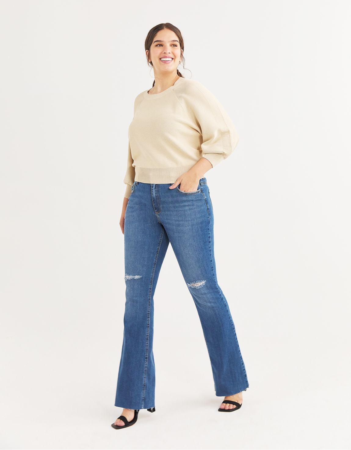 Calça jeans bootcut com rasgo no joelho